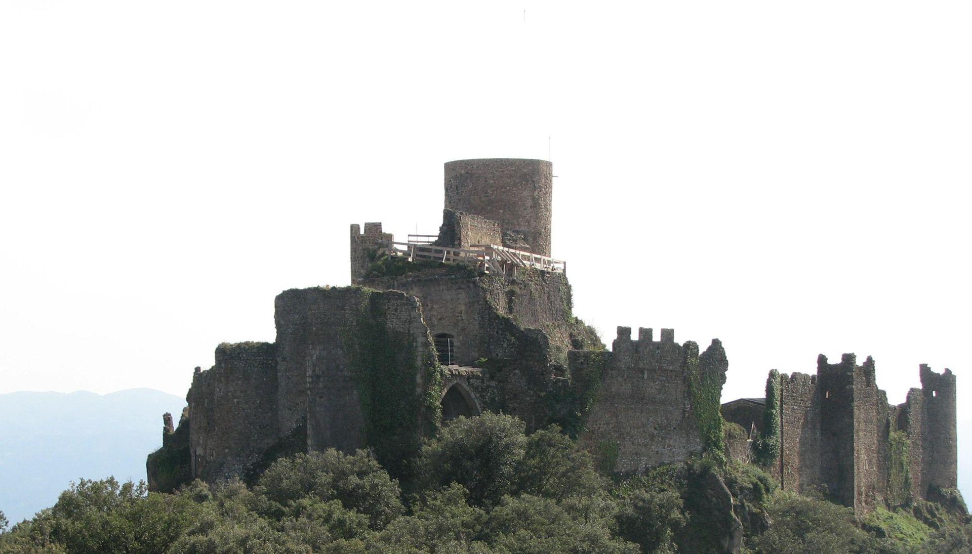 El castell de Montsoriu és considerat el castell més important del gòtic dels Països Catalans. Està situat entre les poblacions d